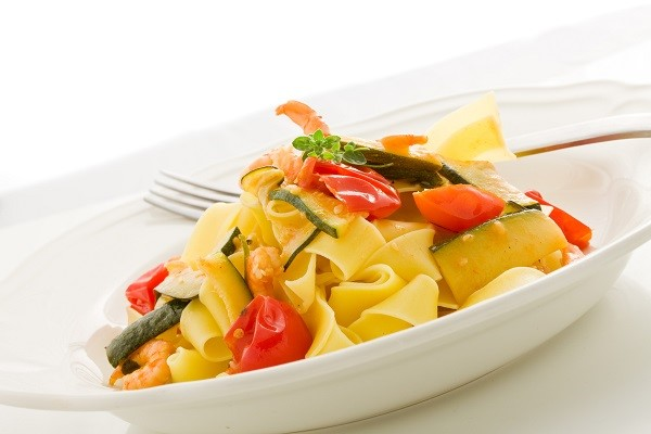Cooking pasta the Italian way: fettuccine with shrimps and courgette