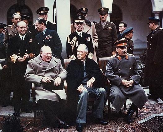 Il vertice di Yalta nel 1945. Da sinistra a destra Winston Churchill, Franklin Delano Roosevelt e Josef Stalin