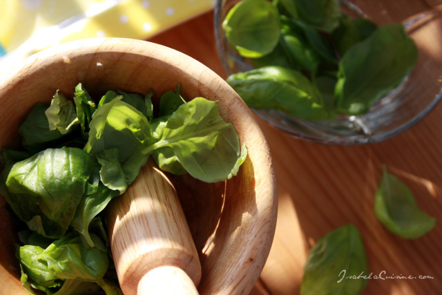 Pesto: the first steps of its preparation (dobrin isabela/flickr)