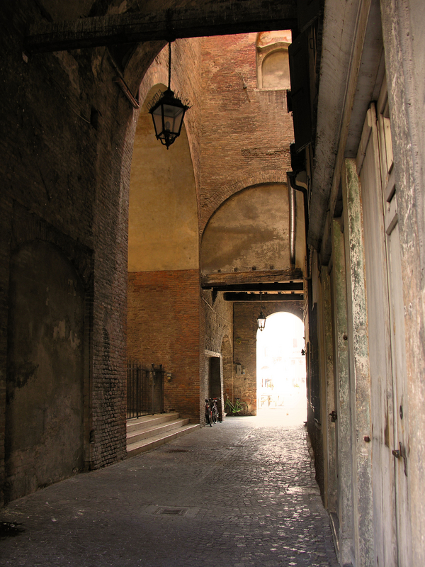 Mantova, Arched alleyway