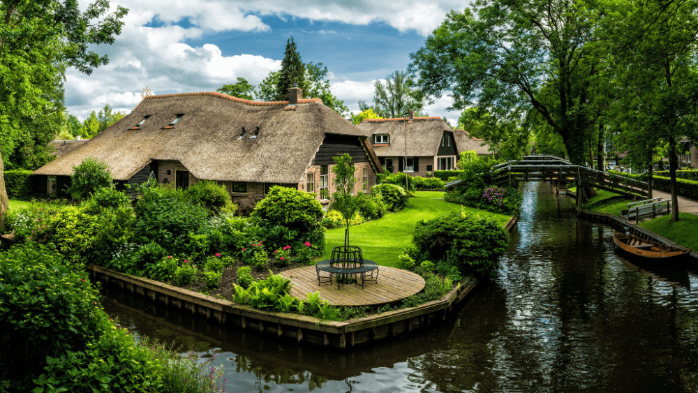 Giethoorn town canal