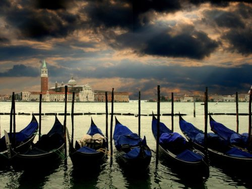 Venice in less  than four minutes: is it possible?