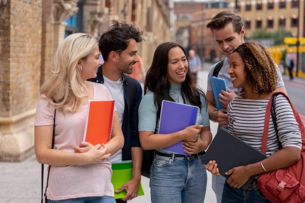 Jóvenes en la calle. Estudiar en el extranjero